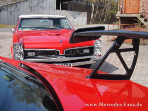 mercedes-benz-c63-amg-black-series-vs-pontiac-gto-1967