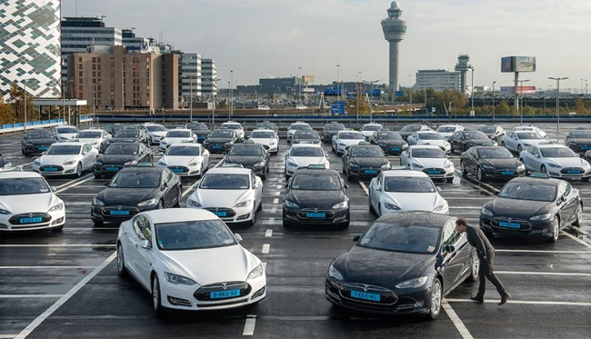 Tesla-Model_S-taxi-Amsterdam-Schiphol-Airport