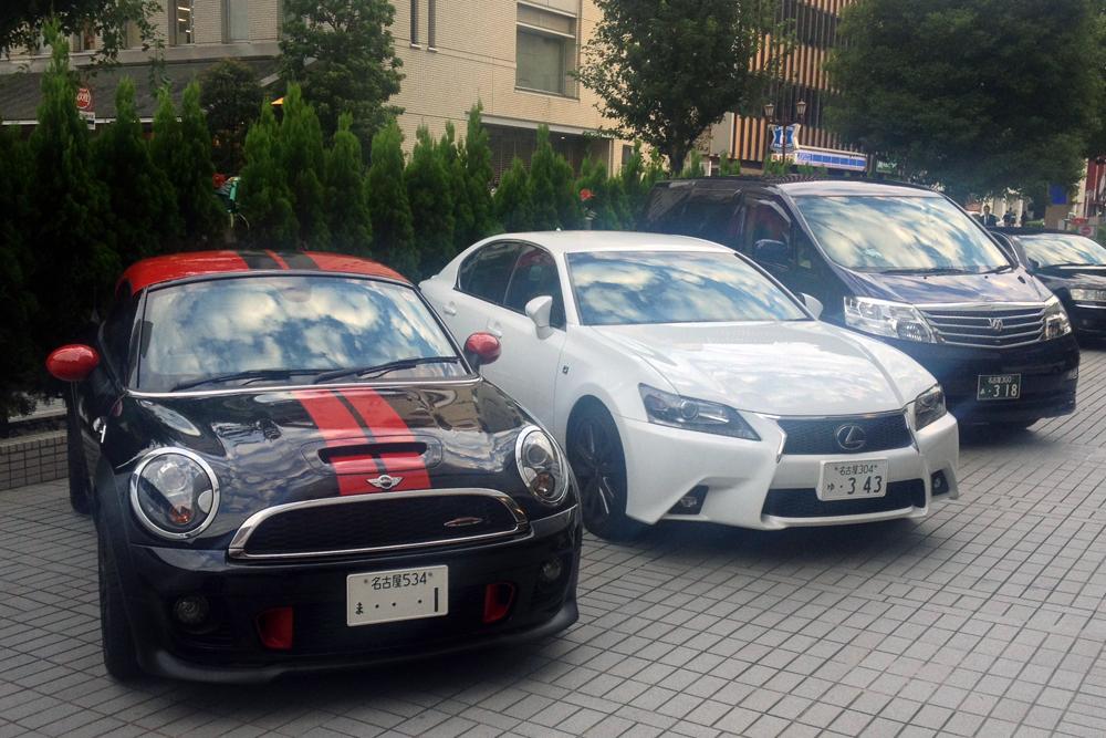 Mini_Coupe-Lexus_GS-Toyota_Alphard-Japanese-street_scene-2015