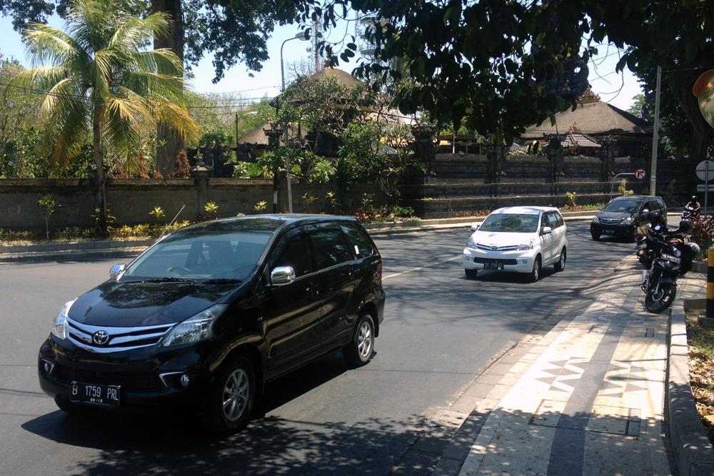 Toyota_Avanza-Bali-Indonesia-street_scene-2015