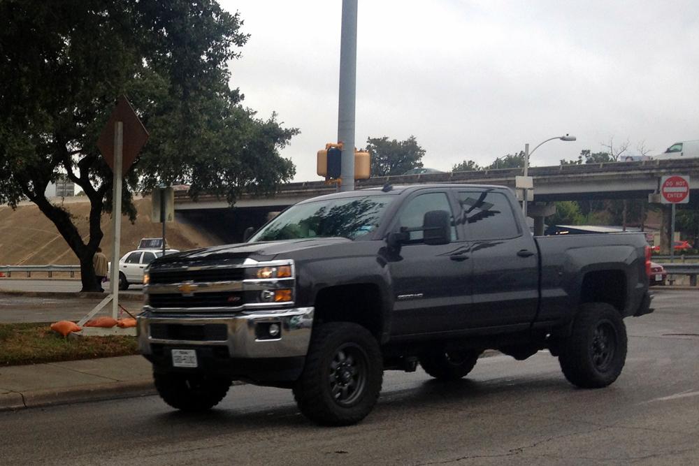 Chevrolet_Silverado_HD-Texas-USA-street_scene-2015