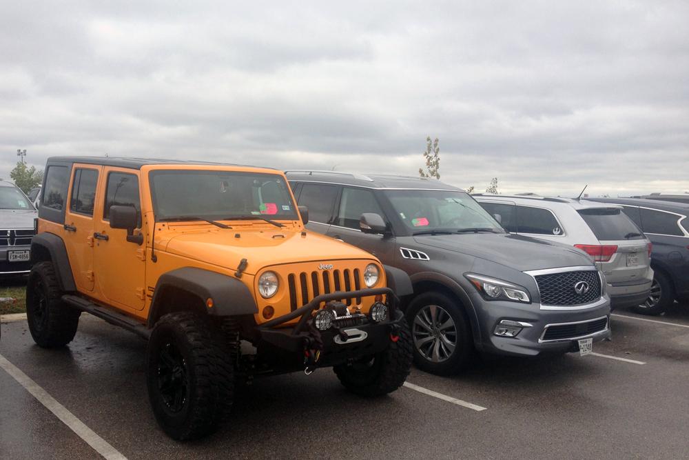 Jeep_Wrangler-Infiniti_QX80-Jeep_Grand_CherokeeTexas-USA-street_scene-2015