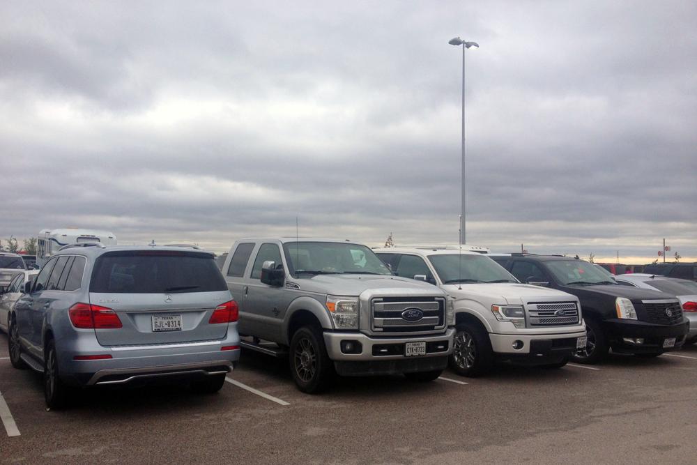 Mercedes_Benz_GL-Ford_F350-Ford_F150-Cadilac_Escalade-Texas-USA-street_scene-2015